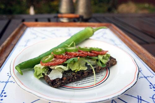Chilispegepølse med Chilisennep og Tyrkisk Peber