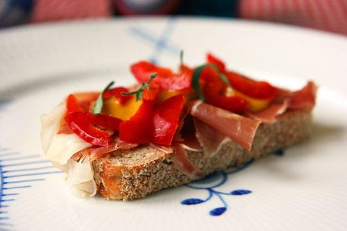 Parmaskinke med peberfrugt, ravigotte dressing og rosmarin