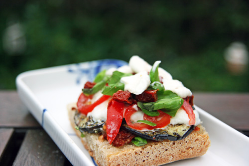 Sandwich med Aubergine, Bøffelmælksmozarella, San Marzano tomat, Soltørret tomat og Basilikum