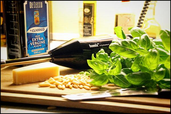 Bamix stavblender og ingredienser til Pesto