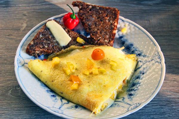 Omelet med tomat, peberfrugt, chili og ost